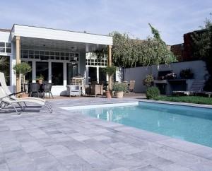 ortis-getrommeld-en-zwembadboord-in-bl-hardsteen-495x400